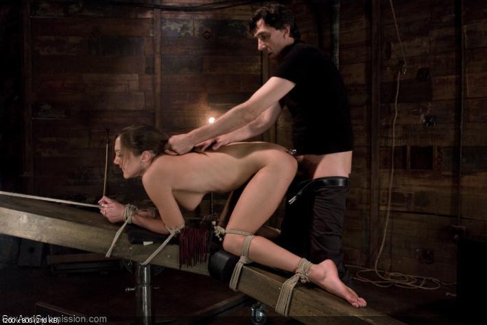 Юной красотке связали руки и ноги и трахают в узкую жопу!