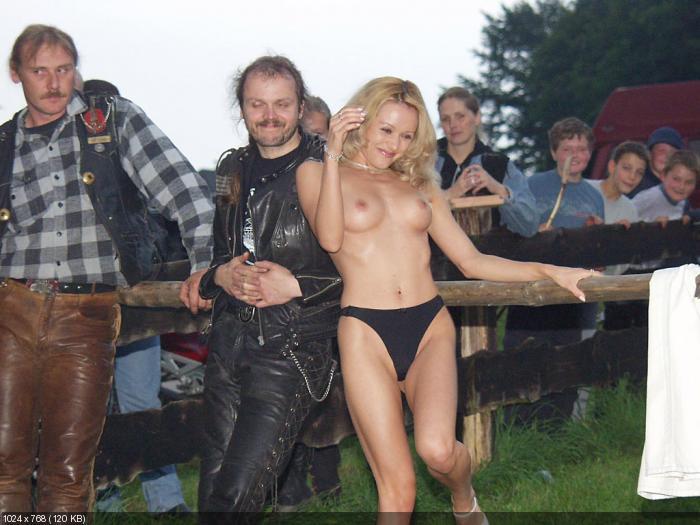 голые девки байкерской тусовке фото