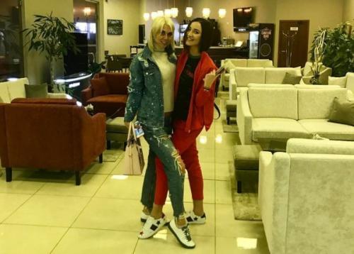 Ольга Бузова улетела на самолете развлекаться с подругой